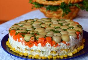 tort-salat-s-kuritsej-i-gribami